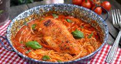 Bazsalikomos-paradicsomos spagetti csirkemellel recept: Szuperfinom vacsora, alig pár hozzávalóból, friss bazsalikommal. Nem szabad kihagynod ezt a paradicsomos spagetti receptet! ;)