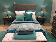 Parure de lit cocooningOn se serait glissé avec délices dans les lits préparés par Blanc d'Ivoire, tant ils semblaient moelleux! Édredons graphiques, jolies palette de couleurs pour les draps et coussins: tout était ultra chic.