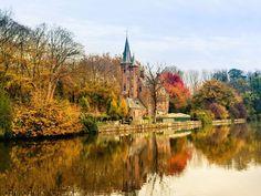 BRUJAS (BÉLGICA) Si te apetece una escapada a la ciudad, vete directo a la medieval Brujas. Los árboles que envuelven los múltiples canales de la ciudad son espléndidos y coloridos en otoño, y los viñedos que adornan los edificios son tan vívidos como llamativos.