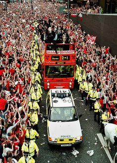 Victory Parade 1999 Manchester Police, Manchester United Team, Manchester United Wallpaper, Man Utd Fc, Homecoming Parade, Bobby Charlton, Victory Parade, Salford, Football Pictures
