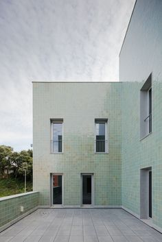 Situated in the lively city of Porto, Portugal is the unique residence Casa Acreditar Porto by local Portuguese architects, Atelier do Cardoso. Brick Cladding, Brick Facade, Facade House, Building Exterior, Building Facade, Brick Architecture, Contemporary Architecture, Residential Windows, Modern Entrance