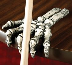 Keep your cues next to you while playing in true Dead Stroke fashion! Your pool cue rests between fierce fingers that are gentle to your cue.
