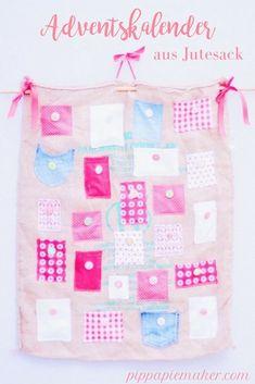 Für diesen DIY Adventskalender nähst oder klebst du einfach kleine Täschen auf einen Jutesack. Schnell genäht und gleichzeitig ist er auch noch ein super schöner weihnachtlicher Wandschmuck!