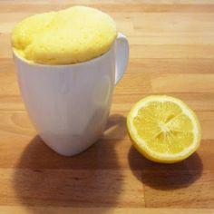 Mug cake au citron ingrédients :  1 oeuf 20 grammes de sucre 2 cl de jus de citron 2cl de lait 1/2 cc de levure 30 grammes de farine