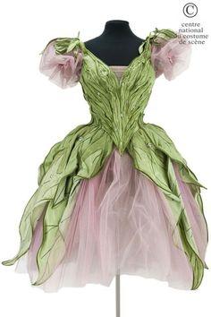 Opéra National de Paris Tutu long en tulle rose, bustier et basque en soie et cristal vert en forme de feuilles, garni de cabochons irisés. Piquet de fleurs roses. c. 1982