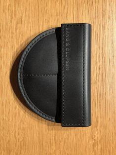 Bang & Olufsen A8 Earphone -kuulokemallin säilytyskotelo**kuvan kuulokkeet eivät sisälly hintaan Bang And Olufsen, Bangs, Wallet, Accessories, Fringes, Bangs Hairstyle, Purses, Diy Wallet, Purse