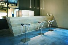 Moderní barová židle FREEDOM má sedák vyrobený z kvalitního technopolymeru.