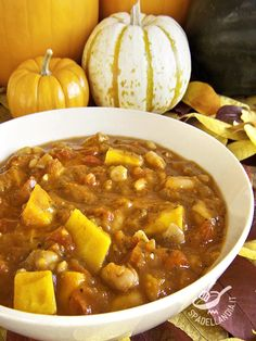 La Zuppa di zucca e fagioli è un piatto con un basso contenuto di grassi ma ricco di proteine: vi sentirete sazi e avrete consumato poche calorie. #zuppadizucca #zuppadifagioli