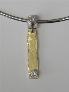 Hanger en oorbellen gemaakt van oud goud.
