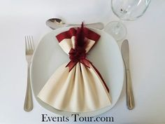 Pliage de serviette glamour ivoire et bordeaux Napkin Folding Flower, No Wifi Games, Diy And Crafts, Paper Crafts, Diy Hacks, Napkins, Table Settings, Glamour, Table Decorations