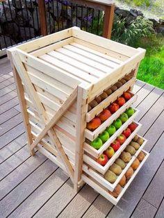 納戸のような食品庫がない場合は、このようなラックがあれば食品が痛む事なく保存出来るのでおすすめです。