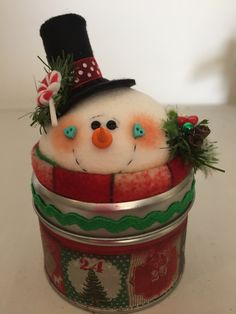 Snowman in a bucket. Christmas Cake Topper, Christmas Favors, Felt Christmas Decorations, Snowman Decorations, Felt Christmas Ornaments, Christmas Snowman, Christmas Diy, Yule Crafts, Snowman Crafts