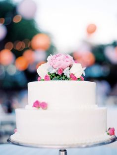 Simple white cake topped with pretty pink  Photography By / wendylaurel.com