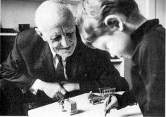 (3) - Son nom reste attaché à la notion d'objet transitionnel — champ d'expérience chez l'enfant de la relation à l'objet — et à celle de holding : l'analyste « maintient » (en anglais, « holds ») et joue un rôle fondamental dans une relation où le patient est dans un état de régression et de dépendance vis-à-vis du thérapeute. Il fut un des rares médecins à faire une critique scientifique de la barbarie des électrochocs, dès les années 1940.