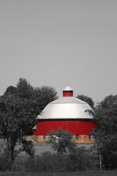 Really Nice Round Red Barn & Hauling Truck Farm Barn, Old Farm, Country Barns, Country Life, Country Roads, Desktop Background Pictures, Barn Dance, Old Mansions, Unusual Homes