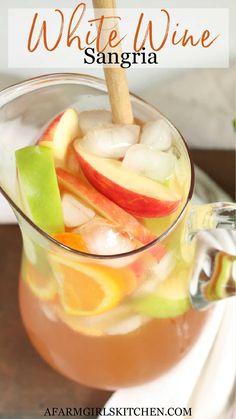 White Wine Sangria, Wine Cocktails, Summer Cocktails, Cocktail Drinks, Fancy Drinks, Alcohol Drink Recipes, Sangria Recipes, Cocktail Recipes, Juice Recipes