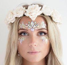 Pin van leila meidinger op festival - glitzer make up, zahnfee kostüm en fa Fairy Makeup, Makeup Art, Gem Makeup, Jewel Makeup, Fairy Costume Makeup, Makeup Ideas, Mermaid Fantasy Makeup, Alien Makeup, Flower Costume
