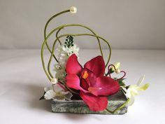 Orchidée fuschia sur pierre pour columbarium