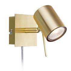 MARKSLÖJD Hyssna Mässing Led Sänglampa Hyssna en stilfull sänglampa i mässingspläterad borstad metall. Vridbar arm för bästa anpassning av belysningen, brytare på väggplatta. Höjd 11cm Bredd 8cm Djup 13cm Effekt max 35W Sockel GU10 Ljuskällor Ingår, LED Färg Mässing Material Metall Energi...