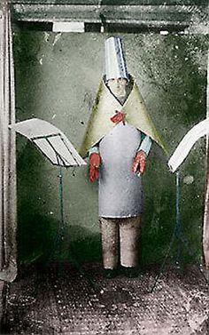 "Hugo Ball en una ""soirée dadaiste""  del Cabaret Voltaire, de Zúrich. (I think he qualifies as an assemblage.)"