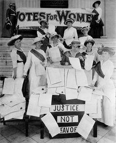 1900 Suffragette che firmano una petizione © Corbis