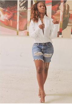 Detail white shirt paired with distressed shorts Short Outfits, Chic Outfits, Fashion Outfits, Womens Fashion, Spring Summer Fashion, Spring Outfits, I Love Fashion, Fashion Looks, Jeans