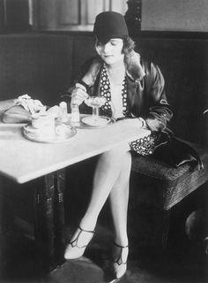 Jeune femme en solo au Romanisches Café à Berlin.