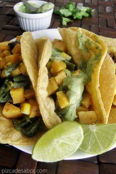 Tacos vegetarianos de camote, poblano y elote acompañados de una crema de cilantro y aguacate, quedan riquisimos y además super llenadores.