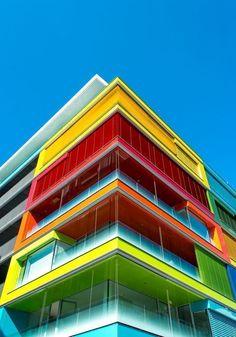 Edificio moderno y nada comun, por el uso de tantos colores, lo cual lo hace ver original y llamativo.