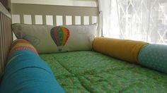 Kit berço patchwork colorido menino rolinho transporte balão www.ateliecolorir.com.br