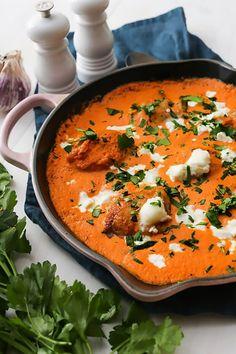 La sauce crémeuse aux poivrons rouges transforme cette recette en un plat de qualité restaurant, ponctué de fromage de chèvre et de persil frais.  Pour des idées de recettes keto chaque jour, abonnez-vous à notre profil Easyketo/keto facile. #easyketo #keto #lowcarb #glutenfree#paleo # healthyrecipes #ketorecipes # ketodiet  #recettecetogene #regimeketo #lowcarbdiet #ceto #cetogene #ketofacile #ketofrance #lchf