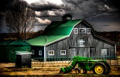 Green barn roof ~ John Deere tractor Case would love this pic! Farm Barn, Old Farm, Country Barns, Country Life, Country Living, Country Roads, Casas Country, Green Barn, Barn Quilts