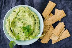 Altijd favoriet bij de borrel: een lekkere zelfgemaakte dip. Met feta, avocado en verse kruiden, bijvoorbeeld. - Recept - Allerhande