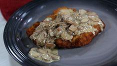 Creamy pork schnitzel with cremini mushrooms, thyme, brandy and whipping cream Creamy Mushroom Sauce, Creamy Mushrooms, Stuffed Mushrooms, Schnitzel Recipes, Pork Schnitzel, Pork Recipes, Chicken Recipes, Cooking Recipes, Fun Recipes