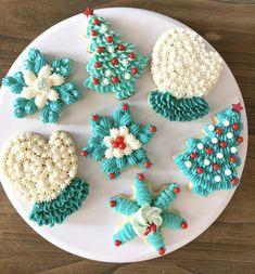 #sugarcookies #buttercream #cakepopmafia #cookies Cute Christmas Cookies, Valentine Cookies, Christmas Desserts, Holiday Treats, Christmas Baking, Holiday Baking, Holiday Recipes, Piping Buttercream, Buttercream Decorating