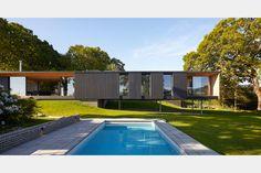 Projeto na Ilha de Wight se valeu dos desafios do terreno ribeirinho para criar uma construção atemporal e contemporânea