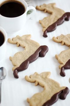 Sprinkle Bakes: Muddy Reindeer Cookies (Chocolate-Dipped Gingerbread) I LOVE shapes for special occasions, dipped in chocolate js even prettier! Best Gingerbread Cookie Recipe, Gingerbread Reindeer, Reindeer Poop, Reindeer Costume, Reindeer Handprint, Reindeer Games, Reindeer Antlers, Reindeer Ornaments, Gingerbread Houses