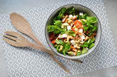 Salade met gerookte kip, avocado en pijnboompitjes! Makkelijk en snel klaar! Een ideale salade voor als je weinig tijd hebt.
