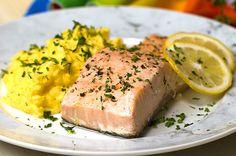 Este salmão assado com purê de mandioquinha é perfeito para um jantar a dois