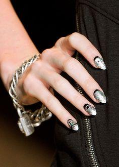 Johnson's S/S '12 shiny punk nail art / Printemps-été 2012 de Betsey Johnson: les ongles punk pailletés