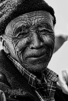 Faces/Caras...! Old man, powerful face, intense, strong, weathered, wrinckles, lines of Life, cracks in time, portrait, photo b/w