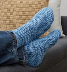 Free Knitting Pattern for Easy Time-Off Slippers - These easy cuffed slipper socks are knit flat and seamed. 4 sizes Mens 10 11 12 Rated easy by Red Heart. Designed by Christine Marie Chen Easy Knitting Patterns, Loom Knitting, Knitting Socks, Free Knitting, Knitting Tutorials, Stitch Patterns, Crochet Patterns, Loom Patterns, Vintage Knitting