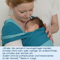4 Wochen altes Baby im Tragetuch. Zitat zum Tragen von Remo Largo.