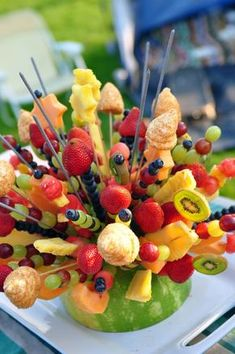 an easy & inexpensive summer treat Fruit platter edible arrangements Edible Fruit Arrangements, Edible Bouquets, Edible Flowers, Fruit And Veg, Fruits And Veggies, Fruits Basket, Vegetables, Silvester Snacks, Fruits Decoration