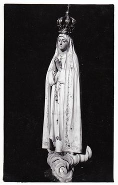 Nossa Senhora de Fátima A vintage postcard of the original statue of Our Lady of Fatima, Portugal. Next month this statue will be brought to St Peter's square in Rome for a special celebration in honour of Mary. Catholic Art, Catholic Saints, Religious Art, Lady Of Lourdes, Lady Of Fatima, Fatima Portugal, Sainte Therese De Lisieux, Heaven Art, Statues