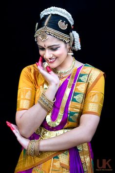 Anjali Portrait Folk Dance, Dance Art, Indian Classical Dance, Mudras, Indian Wedding Gowns, Dance Poses, South Indian Bride, Dance Pictures, Dance Photography