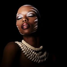 Beauté : Make Up For Ever chouchoute les peaux ethniques Aziz Moujellil. Ignoring the tiger stripes on the side (no tigers in Africa) this is very do-able make up Eye Makeup, Beauty Makeup, Hair Makeup, Tiger Makeup, Hair Beauty, Tribal Makeup, Looks Dark, We Are The World, Fantasy Makeup