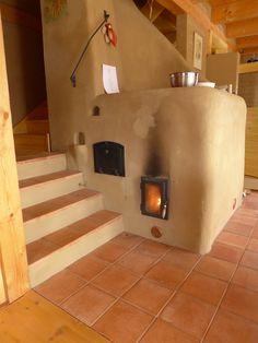 Interiéry domu charakterizují hliněné omítky a smrkové dřevo.