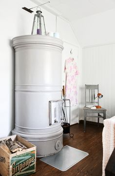 Rintamiestalon makuuhuoneessa on komea pönttöuuni.   Unelmien Talo&Koti  Kuvat: Juho Huttunen Toimittaja: Anna Pirkola