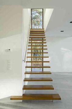 escalier moderne suspendu avec marches en bois et main courante en alu